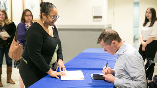 Matthew Desmond, Signs his book